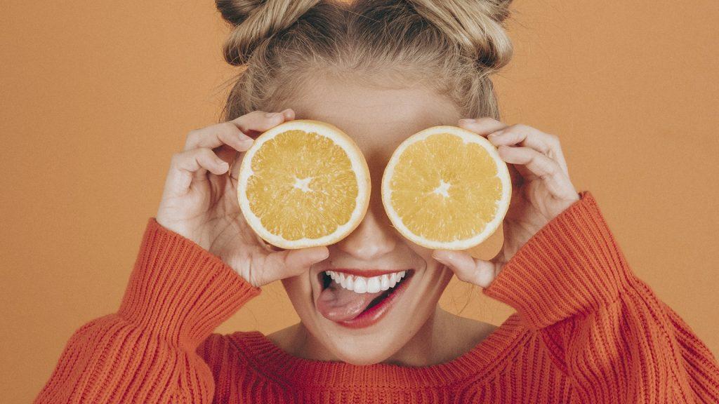 Chica_con_naranjas_en_los_ojos